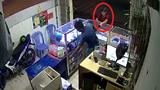 Chủ cửa hàng bất lực nhìn tên cướp điện thoại bỏ chạy