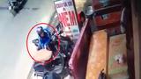 Táo tợn dàn cảnh móc trộm ví tiền trong cốp xe Vespa