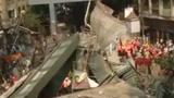 Kinh hoàng cầu sập đè chết ít nhất 14 người, hàng trăm người mắc kẹt