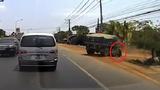 Lái xe thoát chết thần kỳ mặc dù bị cuốn vào gầm xe tải