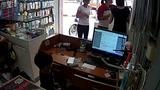 Bé trai 5 tuổi trộm điện thoại di động dưới sự chỉ đạo của người lớn