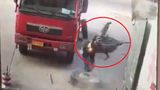 Hãi hùng cảnh lốp xe tải nổ hất văng thợ sửa xe