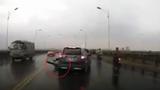 Xe máy bị ô tô tông ngã gục vì sang đường ẩu