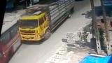 Xe tải nổ lốp đâm xe buýt làm 6 người bị thương