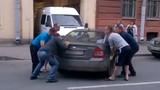 Tìm ra giải pháp để đưa chiếc xe đỗ ngang cổng ra chỗ khác
