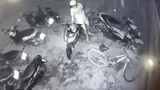 Khó hiểu tên trộm bẻ khóa xe máy, dắt trộm… xe đạp