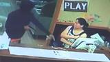 Tưởng súng giả, bà chủ nhà hàng tay không giật súng của cướp
