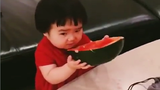 """""""Thánh ăn Trung Quốc"""" lại gây sốt với màn ăn dưa hấu"""