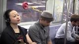 Bí quyết ngủ gật trên tàu điện ngầm của trai đẹp