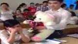 Đắng lòng soái ca ôm gấu trắng tỏ tình bị từ chối tại lớp học
