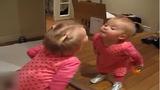 Phản ứng hài hước của bé khi lần đầu soi gương