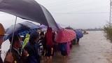 Hàng trăm người đội mưa đợi tin học sinh bị lũ cuốn