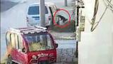 """""""Cẩu tặc"""" đi ôtô, quăng dây thừng bắt chó trong 6 giây"""