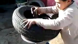 """Thán phục cậu nhóc thay lốp ô tô dễ như """"ăn kẹo"""""""