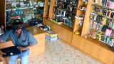 Trộm đột nhập vào cửa hàng, trộm laptop nhanh như chớp