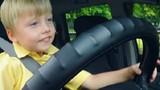 Hãng taxi gây sốc thuê cậu bé 3 tuổi... làm tài xế