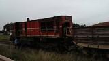 Ô tô đâm sầm vào đường tàu hỏa, 5 toa bị lật
