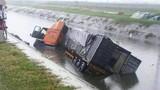 Hải Dương: Container cuốn xe máy lao xuống mương, 2 người chết