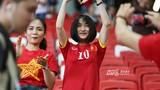Hòa Minzy công khai tỏ tình Công Phượng giữa SVĐ Singapore