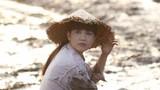Hình ảnh Ngọc Trinh nón lá tả tơi, lấm lem lội bùn