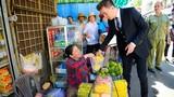Phát sốt ảnh Đàm Vĩnh Hưng ra chợ cũ quay MV