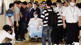 T.O.P (Big Bang) ngồi xe lăn, liên tục xin lỗi khi rời bệnh viện