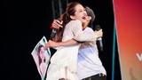 Bảo Anh bất ngờ bị fan nam ôm chầm trên sân khấu