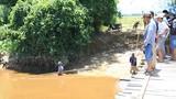 Người dân đổ xô vớt cá lạ nổi trên sông