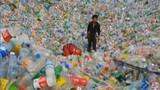 Chuyện lạ hôm nay: Người đàn ông suýt chết đuối trong biển chai nhựa