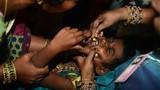 Cảnh nuốt cá sống chữa bệnh hen rùng rợn ở Ấn Độ