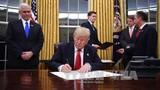 Tổng thống Donald Trump ký sắc lệnh rút khỏi TPP