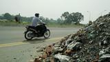 Cận cảnh rác thải đổ ngập đường Hà Nội đe dọa người đi đường
