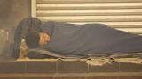 Ảnh: Người vô gia cư nằm co ro trong đêm lạnh Hà Nội