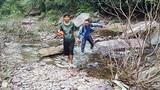 Chùm ảnh: Phóng viên băng rừng lội suối tác nghiệp