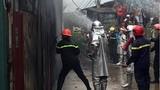 Ảnh: Cảnh sát dùng búa phá tôn cứu hỏa cháy xưởng nhựa ở Hà Nội
