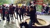 Mẹ bé trai chơi đàn trên phố đi bộ xin lỗi CA Hà Nội