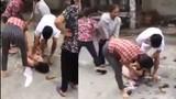 Đánh ghen kinh hoàng, nữ công nhân bị lột quần áo trần như nhộng