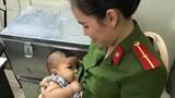 Xúc động nữ công an Hà Nội cho bé trai bị bỏ rơi bú sữa
