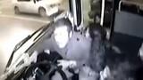 Tài xế xe buýt nổi điên, phanh gấp làm khách ngã dúi dụi