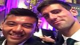 Lý Hoàng Nam khoe cúp vô địch, chụp ảnh với Djokovic