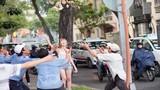 Xôn xao chân dài 9X ném tiền giữa phố Sài Gòn
