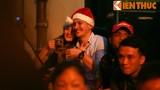 Khoảnh khắc khách Tây đón Giáng sinh tĩnh lặng ở Hà Nội