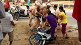 4 CSGT vây đánh 1 nam thanh niên mặc dân can ngăn