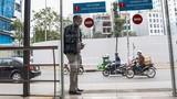 Ảnh: Hành khách lúng túng tìm lối ra vào nhà chờ buýt nhanh BRT