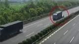 Bé gái bay khỏi ô tô trên cao tốc, xe container phanh cháy đường