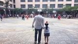 Công Vinh dắt tay con gái giấu mặt giữa sân trường