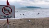"""Bão số 12 gần bờ, dân vô tư tắm biển: """"Điếc không sợ súng"""""""