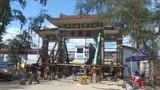 """""""Thần đèn"""" nâng cổng chùa 70 tấn ngoạn mục ở Sài Gòn"""