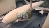 """Quá trình """"thay áo"""" cho Boeing 777 diễn ra như thế nào?"""