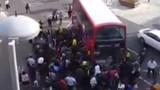 100 người nhấc bổng xe buýt cứu người kẹt dưới gầm